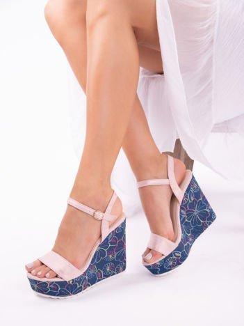 Różowe sandały na koturnach z kolorowymi haftami w kształcie kwiatów