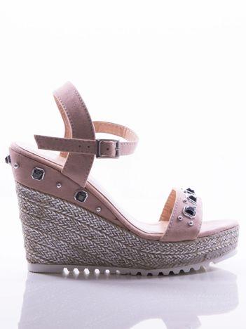 Różowe sandały na posrebrzanych koturnach, zdobione błyszczącymi kamieniami na cholewce