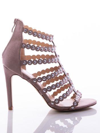 Różowe sandały na szpilkach, wysadzane srebrnymi nitami