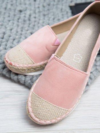 Różowe zamszowe espadryle na grubej podeszwie z płóciennym przodem i ozdobną srebrną przypinką z boku buta