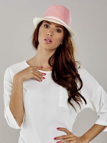 Różowy kapelusz fedora z białym wykończeniem