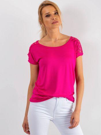 Różowy t-shirt z koronką na rękawach