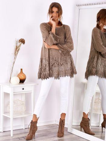 SCANDEZZA Ciemnobeżowa swetrowa tunika boho z koronką