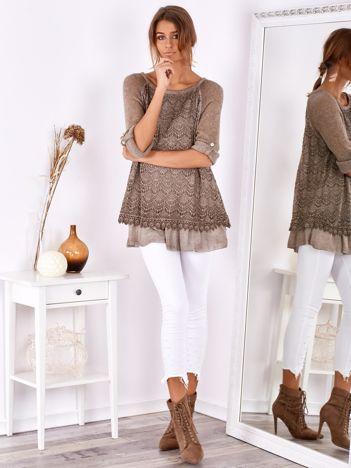 SCANDEZZA Ciemnobeżowy luźny sweter z koronką i falbanką