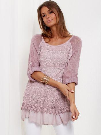 SCANDEZZA Pudroworóżowy luźny sweter z koronką i falbanką