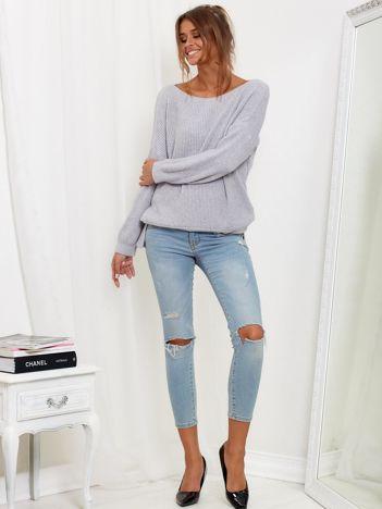 SCANDEZZA Szary sweter oversize z surowym dekoltem