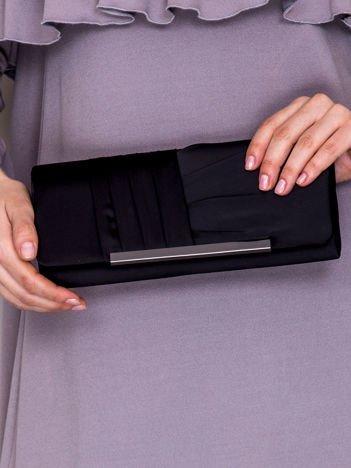 Satynowa kopertówka z asymetrycznymi plisami czarna
