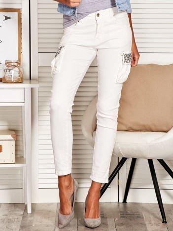 Spodnie damskie z ozdobnymi kieszeniami białe