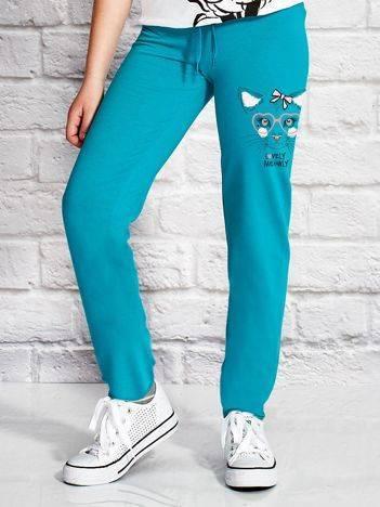 Spodnie dresowe dla dziewczynki z nadrukiem kotka zielone