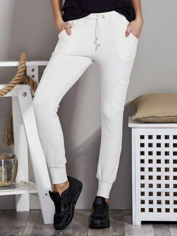 Spodnie dresowe z kieszeniami na nogawkach ecru