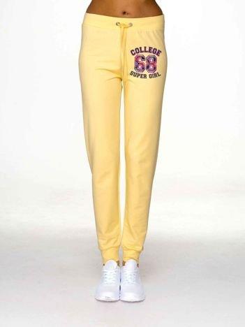 Spodnie dresowe z napisem COLLEGE jasnożółte