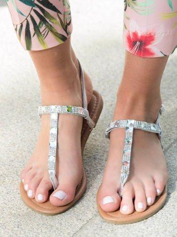 Srebrne sandały z odkrytą cholewką i błyszczącymi dżetami