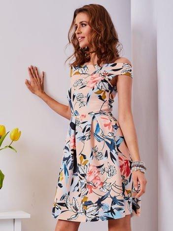 Sukienka brzoskwiniowa w roślinne wzory z kontrafałdami