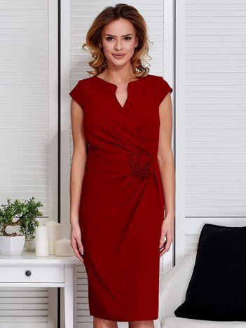Sukienka ciemnoczerwona z drapowaniem i ozdobnym kwiatem