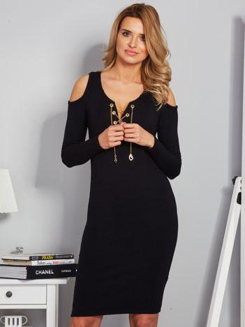 Sukienka cold shoulder ze złotym łańcuszkiem czarna