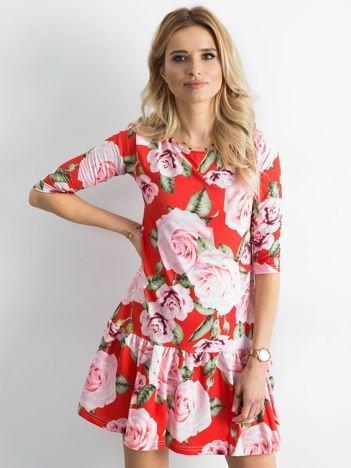 Sukienka czerwona w duże kwiaty z falbaną