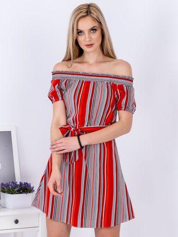 Sukienka czerwona z odkrytymi ramionami w paski