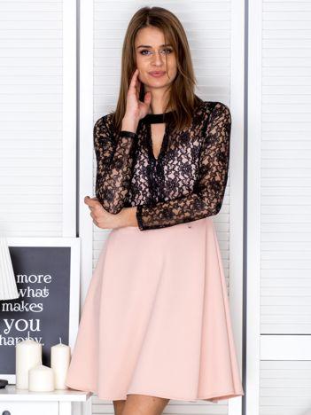 Sukienka jasnoróżowa z koronkową górą