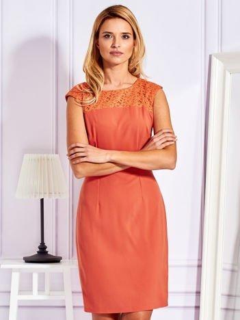 Sukienka koktajlowa z koronkowym dekoltem pomarańczowa