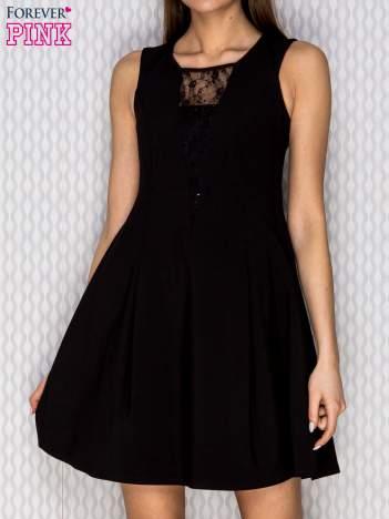 Sukienka koktajlowa z koronkowymi wstawkami czarna