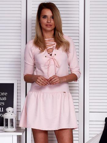 Sukienka różowa lace up z falbaną