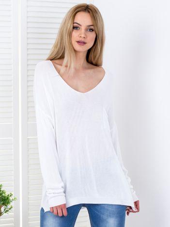 Sweter biały oversize z trójkątnym dekoltem