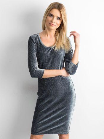 Szara dopasowana welurowa sukienka
