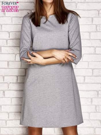 Szara sukienka z trójkątnym wycięciem przy dekolcie