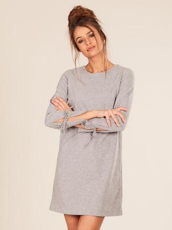 Szara sukienka z wiązanym rękawem