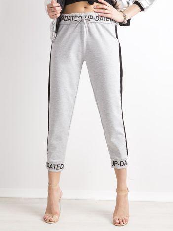Szare dresowe spodnie z napisami