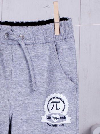 Szare spodnie dresowe dla chłopca z troczkami i nadrukiem