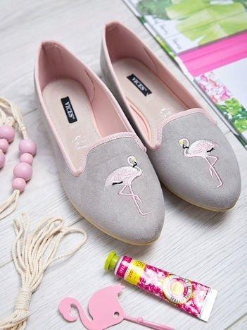 Szare zamszowe lordsy z ozdobnym haftem w kształcie flaminga z przodu buta