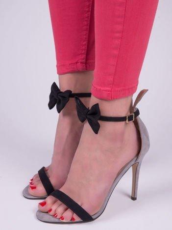 Szare zamszowe sandały na szpilkach z kokardką i uszami nad piętą