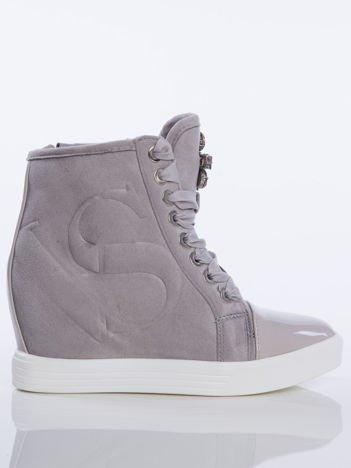 Szare zamszowe sneakersy z tłoczoną literką sznurowane ozdobną tasiemką z błyszczącymi kamieniami