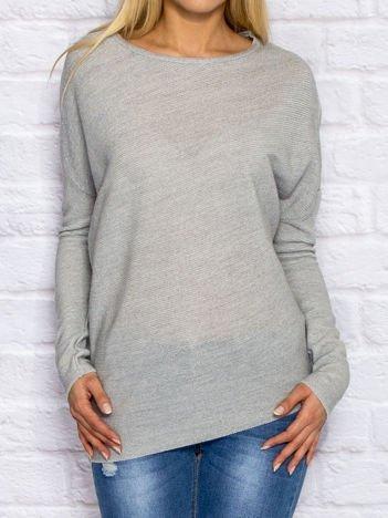 Szary sweter oversize z błyszczącą nitką
