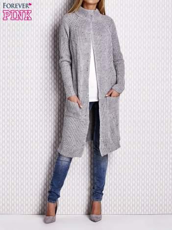Szary sweter z kolorową nitką