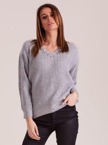 Szary sweter z perełkami