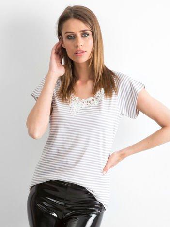 Szary t-shirt w paski z koronkową wstawką