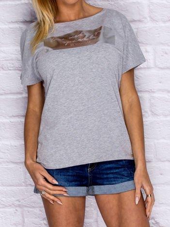 Szary t-shirt z błyszczącym nadrukiem