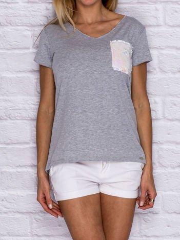 Szary t-shirt z cekinową kieszonką