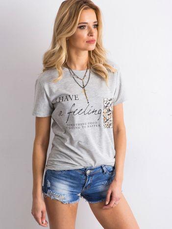 Szary t-shirt z kieszenią