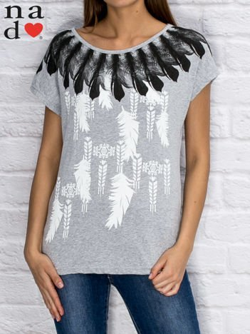 Szary t-shirt z motywem piór