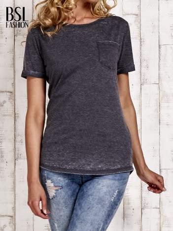 Szary t-shirt z podwijanymi rękawkami efekt acid wash