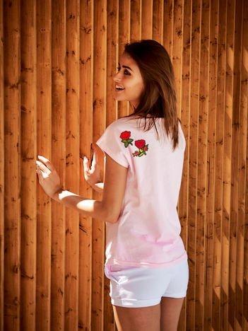 T-shirt damski jasnoróżowy z naszywkami FLOWERS