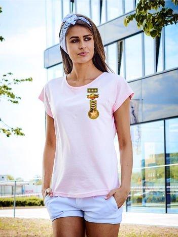 T-shirt damski jasnoróżowy z naszywkami z motywem wojskowym