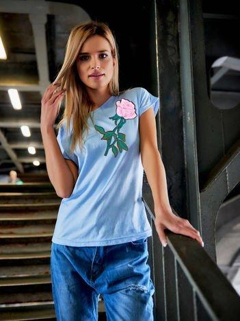 T-shirt damski niebieski z naszywką