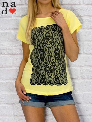 T-shirt damski z koronkowym nadrukiem żółty