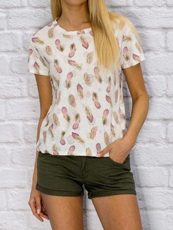 T-shirt damski z motywem piórek biały