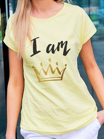 T-shirt damski z nadrukiem korony I AM THE QUEEN żółty