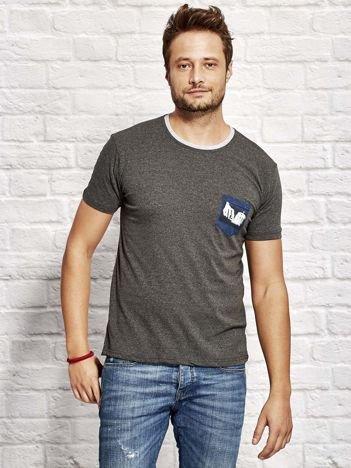 T-shirt męski z nadrukiem na kieszonce ciemnoszary